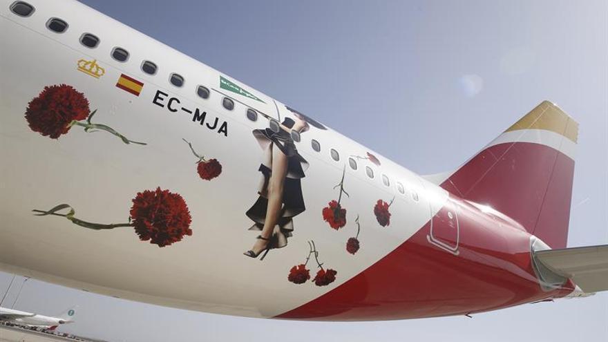 """El primer vuelo de Iberia a China despega en un día """"histórico"""" para la empresa"""
