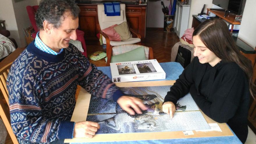 Camilo y su hija Clara haciendo un puzzle. / Foto cedida