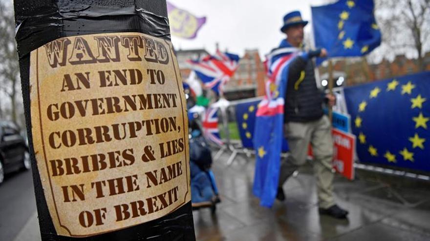 Un cartel de una protesta anti-Brexit junto al Parlamento británico