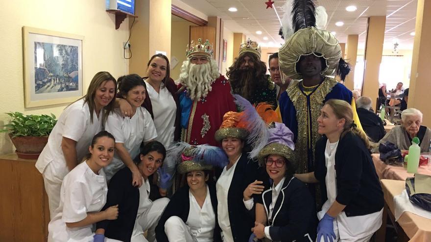 Los Reyes Magos con personal de la Residencia de Pensionistas.