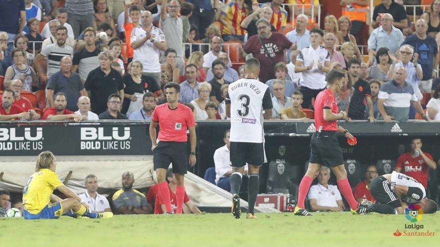 Halilovic es expulsado tras una dura entrada a Gayá.