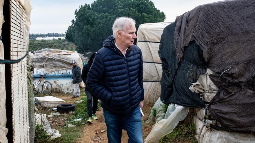 El relator de la ONU sobre pobreza extrema, Philip Alston, durante su visita a un asentamiento de trabajadores inmigrantes en Lepe.