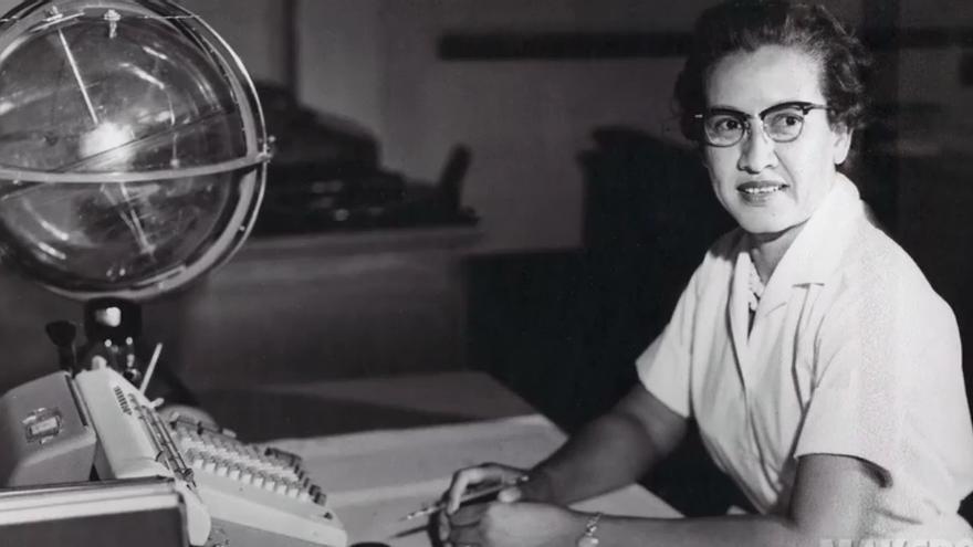 Katherine Johnson, junto a una de las calculadoras mecánicas utilizadas en los orígenes de la NASA