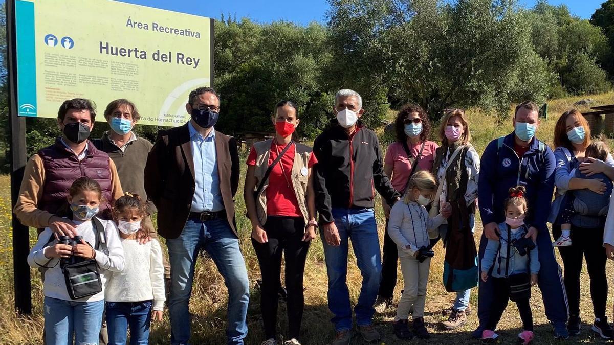 El delegado territorial de Desarrollo Sostenible, Giuseppe Aloisio (tercero por la izda.), en el área recreativa 'Huerta del Rey'.