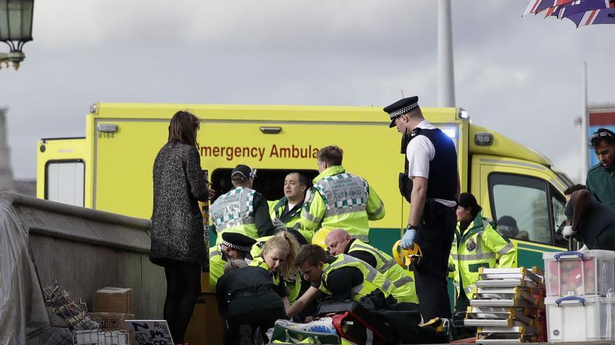 Los equipos de emergencia atienden a una víctima del ataque en el Puente de Westminster