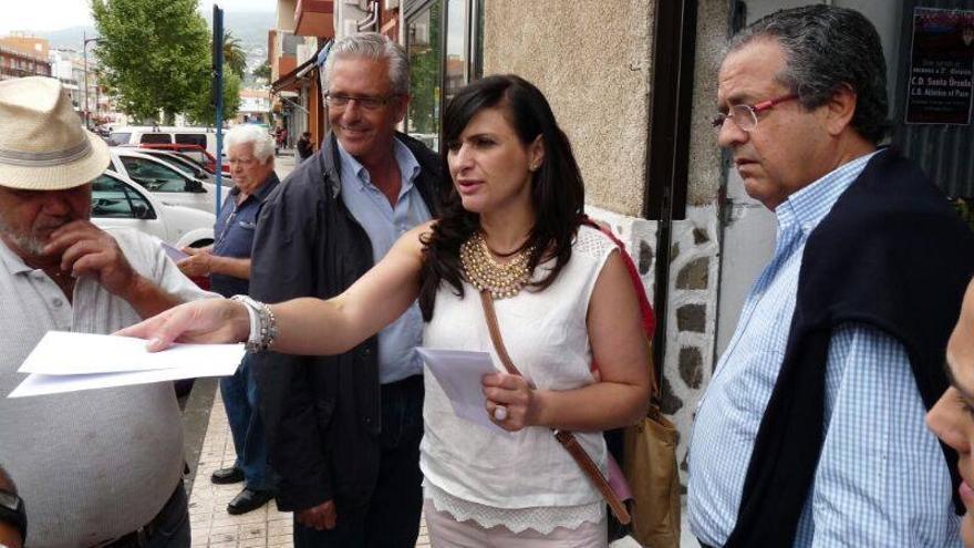 Milagros Pérez, candidata del PP al Senado junto a Pablo Matos (i) y Antonio Alarcó (d)