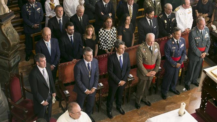 El presidente del Gobierno de Canarias, Fernando Clavijo (i), entre otras autoridades durante la misa en honor a la Virgen del Pino