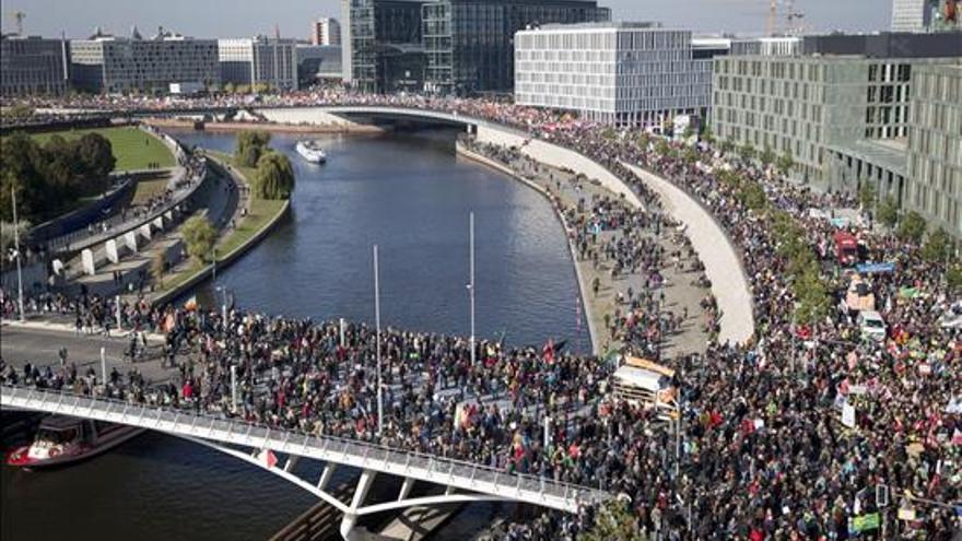 Unas 150.000 personas, según la policía, se manifestaron hoy en Berlín contra el tratado de libre comercio entre la Unión Europea y Estados Unidos (TTIP), en una de las protestas más multitudinarias de los últimos años en Alemania. EFE