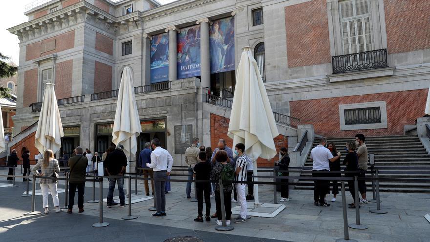 Los madrileños salen a la calle en un puente descafeinado y sin turistas
