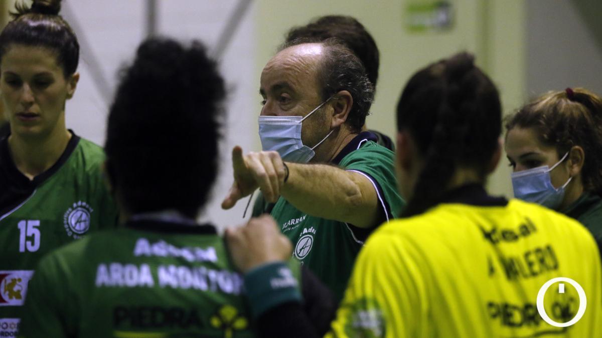 Rafa Moreno dando instrucciones durante un partido