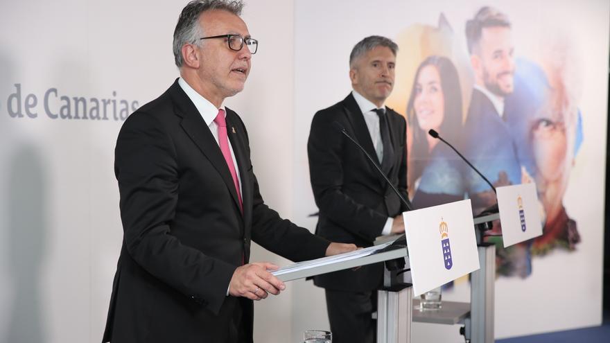 El presidente del Gobierno de Canarias, Ángel Víctor Torres, y el ministro del Interior, Fernando Grande-Marlaska.