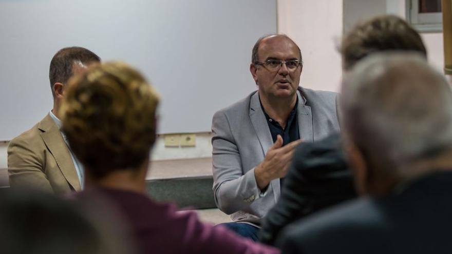 Anselmo Pestana, secretario general del PSOE en La Palma, en una reunión.