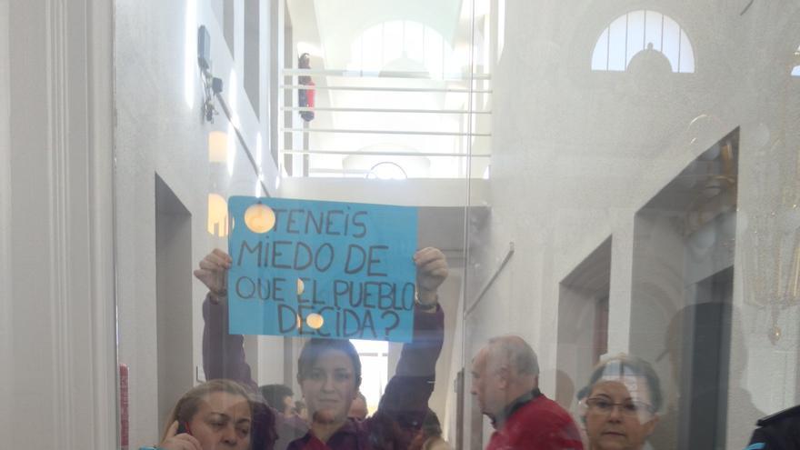 Mensajes de rechazo ante la decisión de los concentrados en el edificio municipal