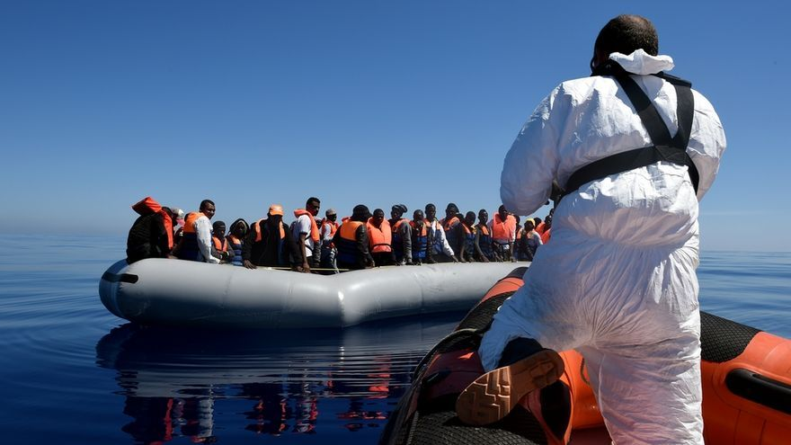 Tras haber repartido chalecos, la lancha semi-rígida se aproxima de nuevo al bote inflable donde viajaban 98 personas. El siguiente paso será trasladarlas en pequeños grupos, de entre 10 y 20 personas, hasta el MY Phoenix, el barco de MOAS que cuenta con personal médico de MSF. Fotografía: Ikram N'gadi
