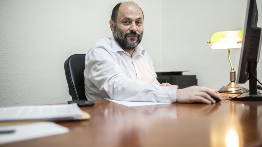 César Pinto, abogado de oficio, en su despacho. / Olmo Calvo