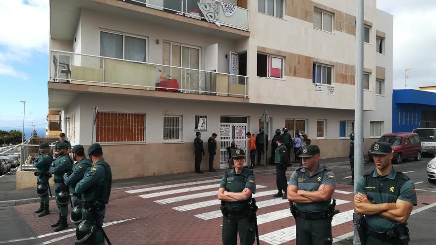 Cinturón de seguridad de la Guardia Civil, este martes junto al edificio Óliver, en Granadilla