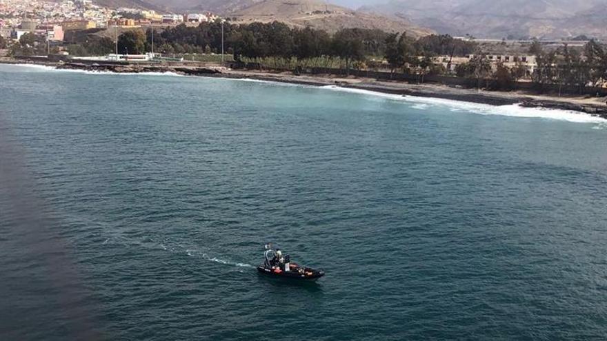 Búsqueda del bebé y los dos adultos que cayeron de una patera a su llegada a una playa de Gran Canaria