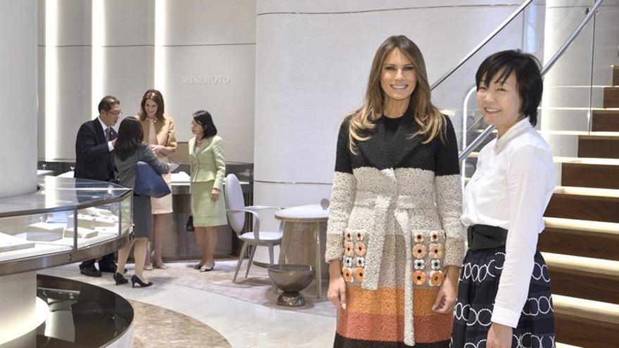 Melania Trump visita una tienda de perlas en Tokio