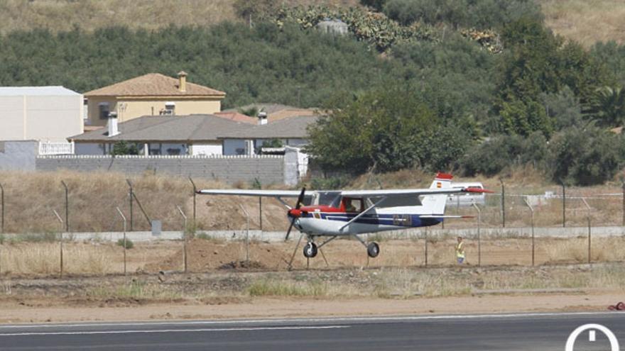 Una avioneta despegando del aeropuerto de Córdoba | MADERO CUBERO