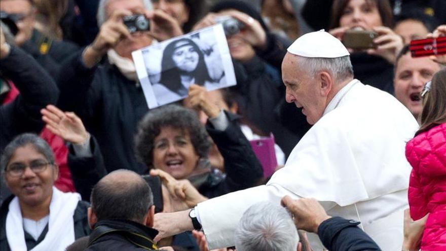 El papa bromea con los fieles argentinos y les pide mate durante la audiencia