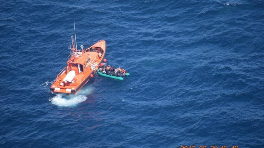 Rescatadas en buen estado 74 personas de dos pateras en aguas de Alborán