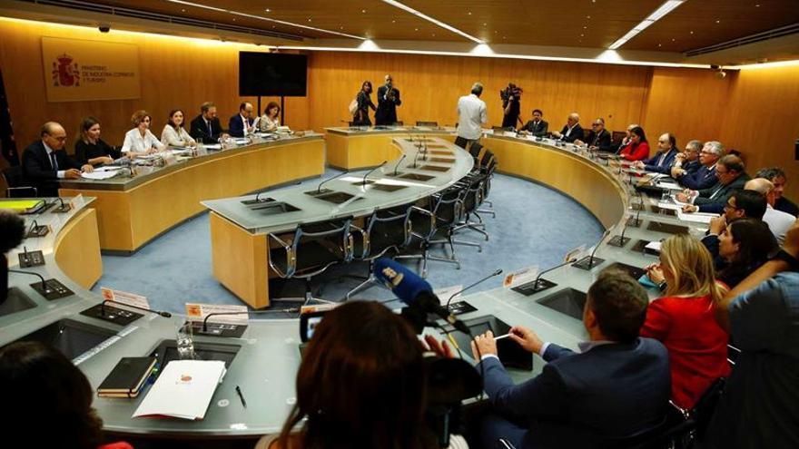 La ministra de Turismo en funciones, Reyes Maroto, junto a la Secretaria de Estado de Turismo, Isabel Oliver, durante una reunión con los consejeros de Turismo de Canarias, Baleares, Valencia, Cataluña, Andalucía y representantes de las principales patronales.