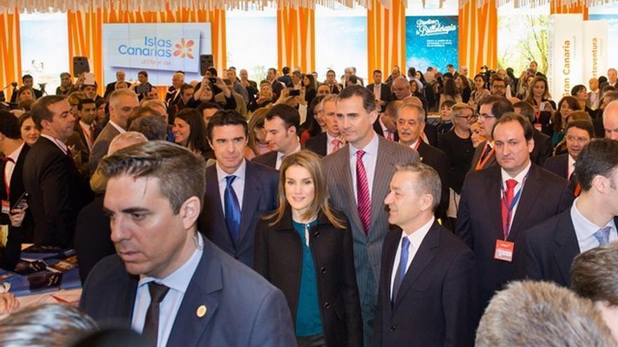 Los Príncipes saludan a los representantes de Canarias.