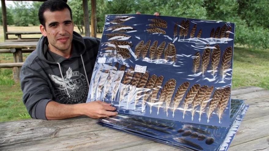 Iván Esteban, el ornitólogo que reúne la mayor colección de plumas de España