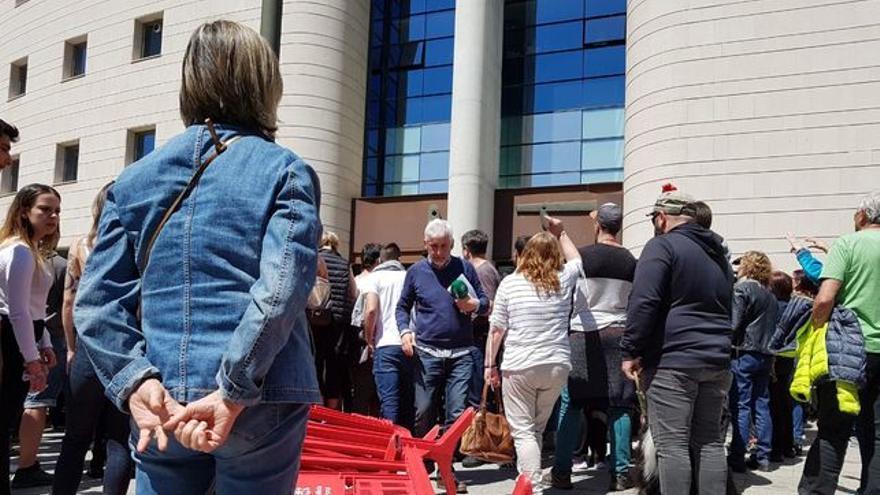 Manifestantes a las puertas de la Audiencia de Navarra contra la sentencia a 'la manada'