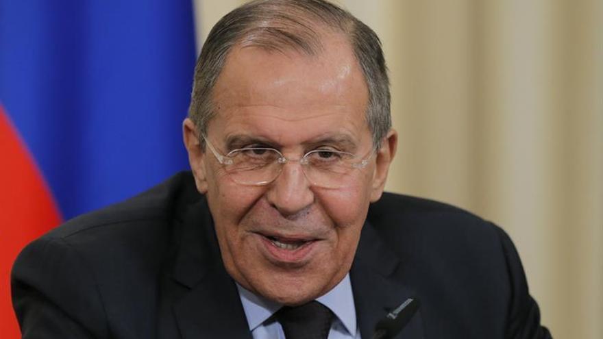 Lavrov denuncia juegos geopolíticos en Afganistán al reunirse con Karzai
