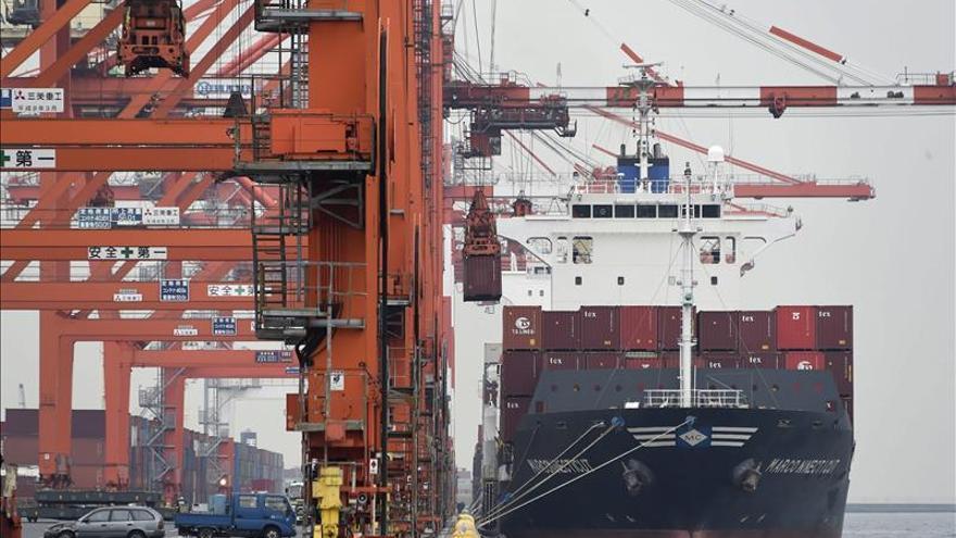 Japón recortó en un tercio su déficit comercial de octubre