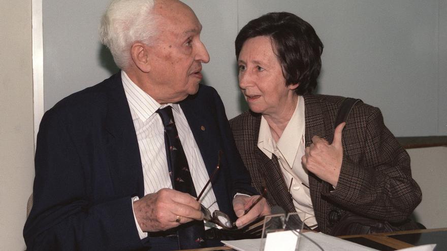 Junto a Severo Ochoa, de quien fue discípula en Nueva York, durante la conferencia 'La emoción de descubrir' que él pronunció en 1993 en el Centro de Investigaciones Biológicas del CSIC. Fue en Madrid, meses antes del fallecimiento del Premio Nobel de Medicina.