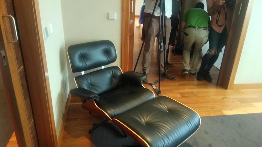 Butaca de 8.000 euros, lámpara de 2.000: los muebles del apartamento oficial de Castilla y León cuyos precios oculta