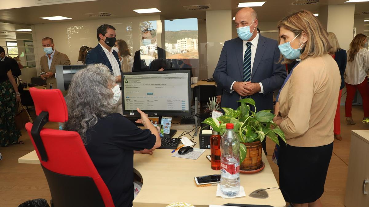 La consejera, el presidente y el alcalde, durante su visita a la oficina del SAE