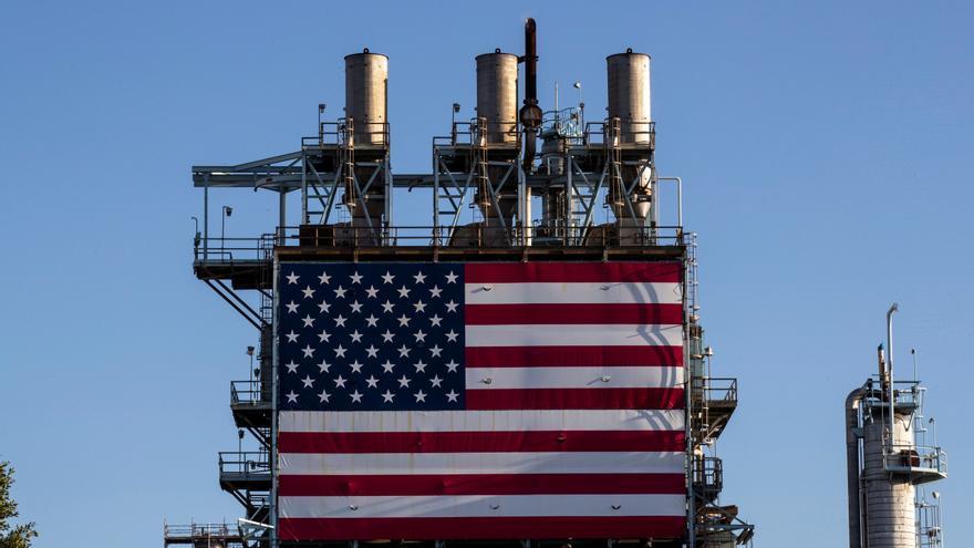 Una bandera de EEUU en una refinería de Wilmington, California.