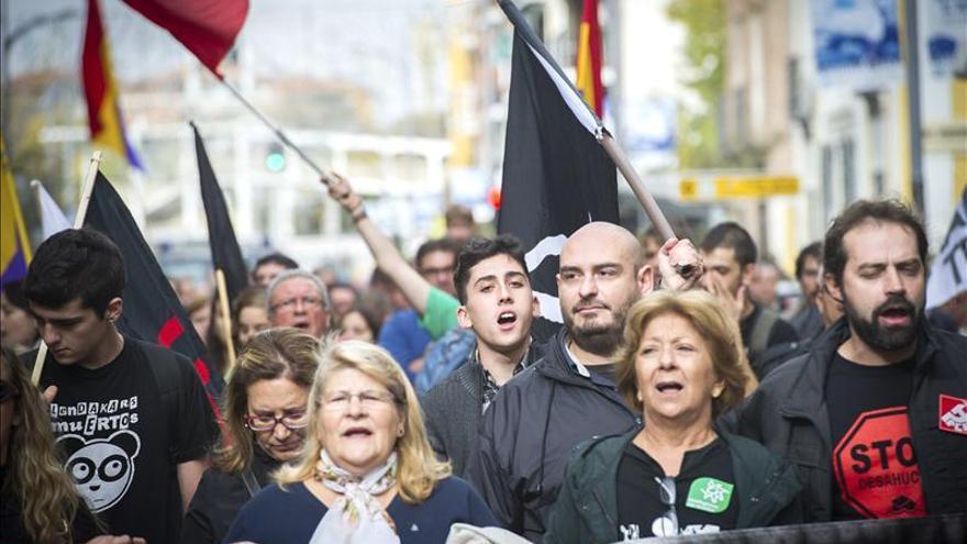 """Participantes de las Marchas de la Dignidad para pedir """"pan, trabajo y techo"""", en Alcalá de Henares el pasado 23 de noviembre. / Efe"""