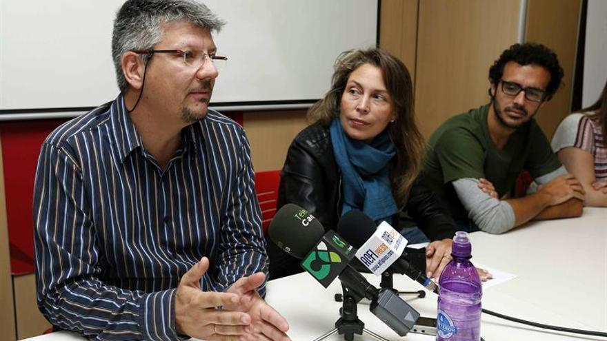 El director de la iniciativa Barrios Orquestados, José Brito, junto al productor de la misma, Ariel Betancor, y la directora de la SGAE en Canarias, Cristina del Río. EFE/Elvira Urquijo A.