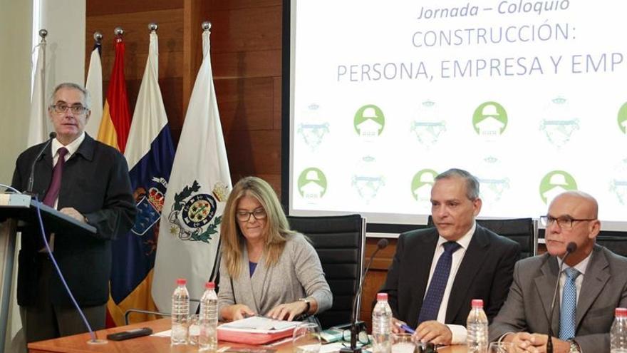 El presidente de Fepeco, Óscar Izquierdo (i), durante su intervención en el coloquio 'Construcción: persona, empresa y empleo' / Cristóbal García/ EFE