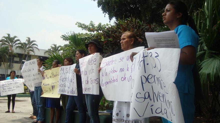 Un grupo de mujeres en El Salvador muestran su apoyo a Beatriz y protestan por su indefensión. © Amnistía Internacional