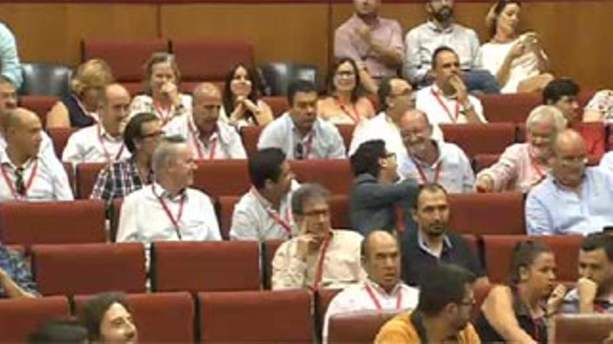 Representantes de afectados han seguido el debate desde la tribuna de invitados.