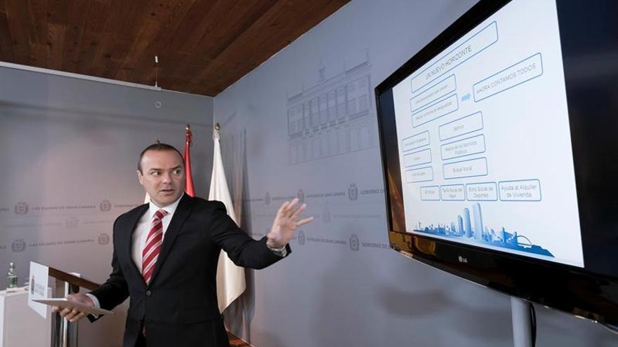 El alcalde de Las Palmas de Gran Canaria, Augusto Hidalgo, durante la presentación en rueda de prensa de los presupuestos municipales para 2016