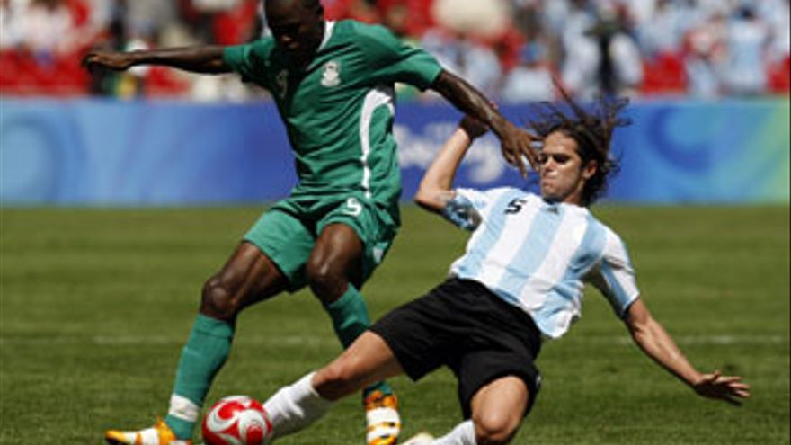Dele Adeleye, defensa de Nigeria.
