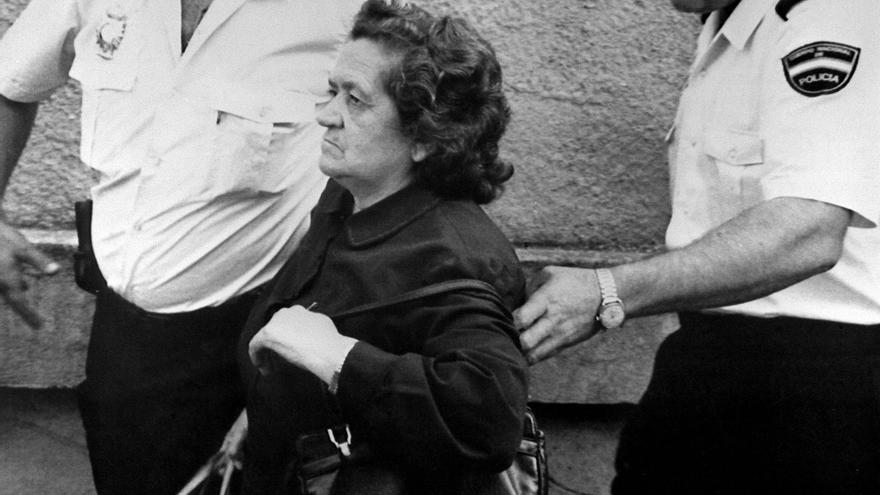 Una de las hermanas Izquierdo en la estación de Badajoz, a la que llegó escoltada por policías en el expreso Guadiana Madrid-Badajoz. Foto: Florencio González/EFE.