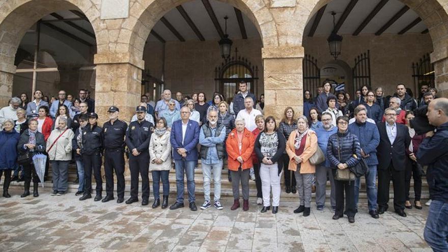 Un momento de la concentración de condena a las puertas del ayuntamiento de Dénia.
