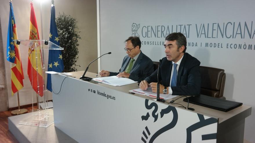 El conseller de Hacienda, Vicent Soler, junto al vicesecretario del Consejo General de Economistas, Juan Manuel Pérez Mira