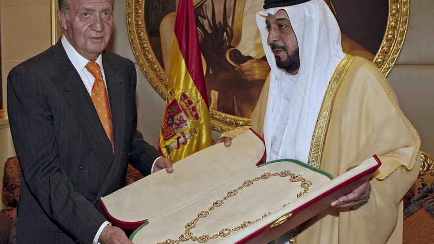 El Rey Juan Carlos recibe una joya como regalo del presidente de los Emiratos Arabes Unidos en 2008. Su paradero se desconoce