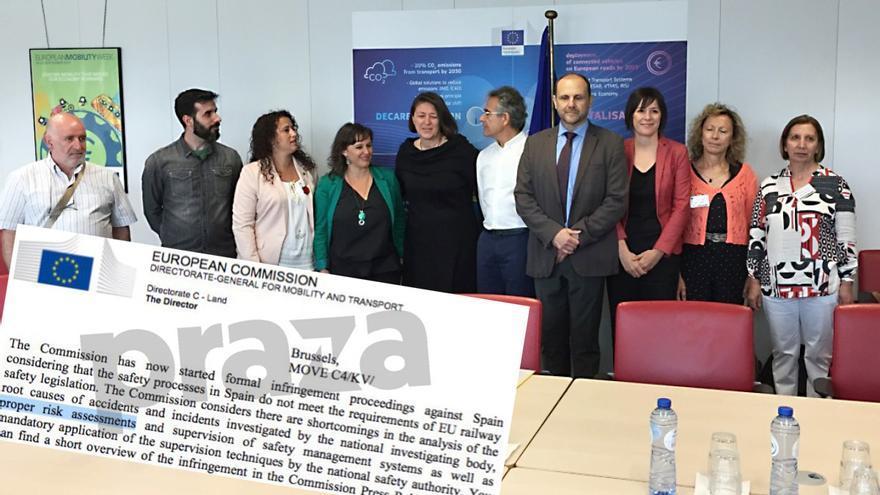 La comisaria europea de Transporte, de negro, con víctimas del Alvia y representantes del BNG, y fragmento de la carta en la que señala los análisis de riesgos como elemento en duda en España