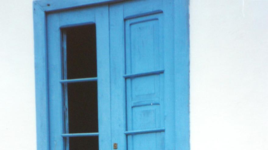 Antonio Gala y Elsa López junto a una puerta en El Tablado (Garafía).