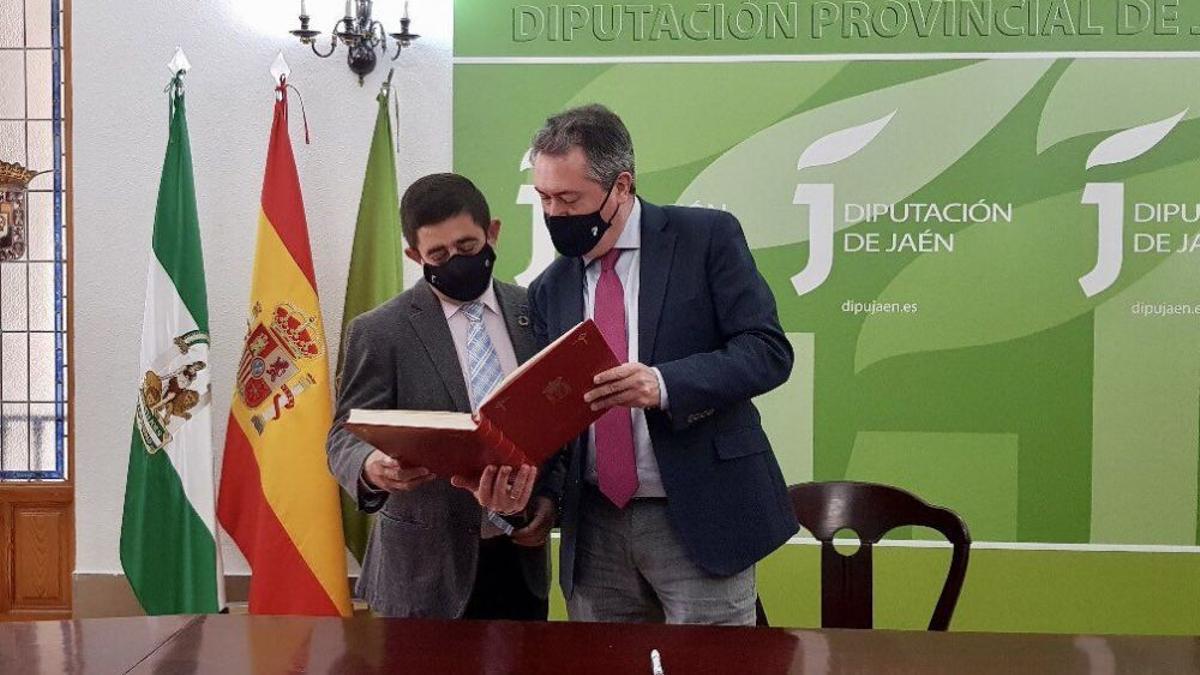 El alcalde de Sevilla, Juan Espadas, visitó en Jaén al presidente de la Diputación y líder provincial del PSOE, Francisco Reyes.