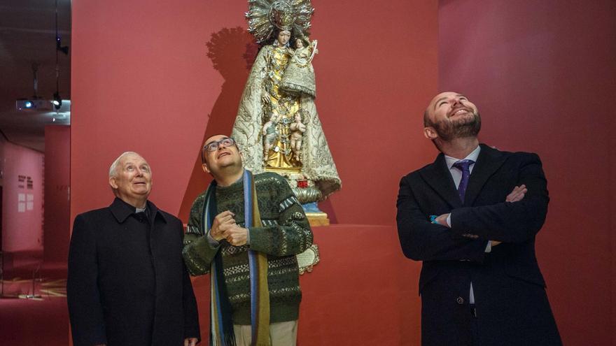 El cardenal y arzobispo de Valencia, Santiago Cañizares, el director del Muvim, Rafa Company, y el presidente de la Diputación de Valencia, Toni Gaspar.